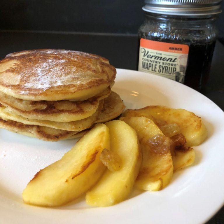 Appel pancakes met maple syrup