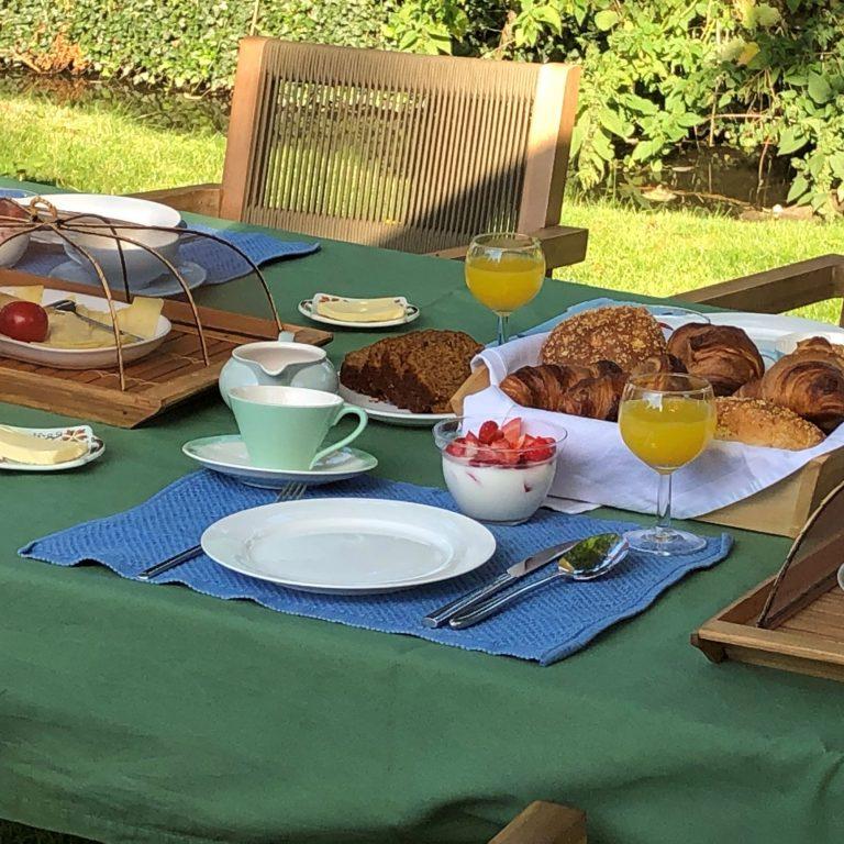Ontbijten in de tuin B&B De Oude Dame